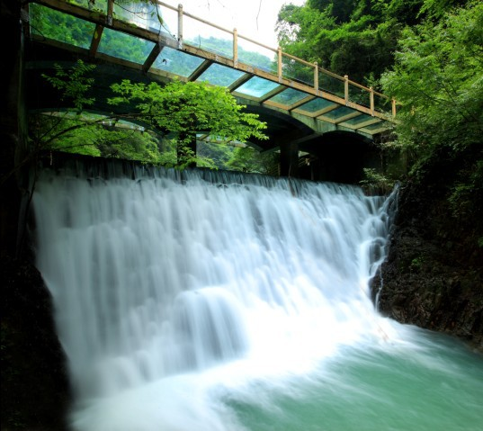 张家界大峡谷旅游景区位于湖南省张家界市慈利县,距核心景区