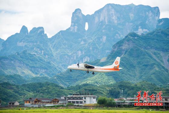 飞机起飞,一条连接张家界,衡阳两地经济发展与文化交流的航线