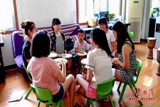 武陵源区机关幼儿园 开展非洲鼓教学培训活动